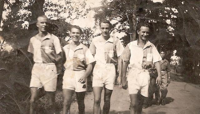 48-03 Vlnr: Henny Lussing, Peet, Eddy Groenhof, Theo, op weg naar het voetbalveld. Lahat, maart 1948.
