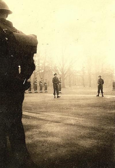 Toespraak en inspectie Prins Bernhard voor ons vertrek naar Indië. MP op de achtergrond. Rechts onze bataljonscommandant majoor Van Raalte. Aldershot, 20 december 1945.