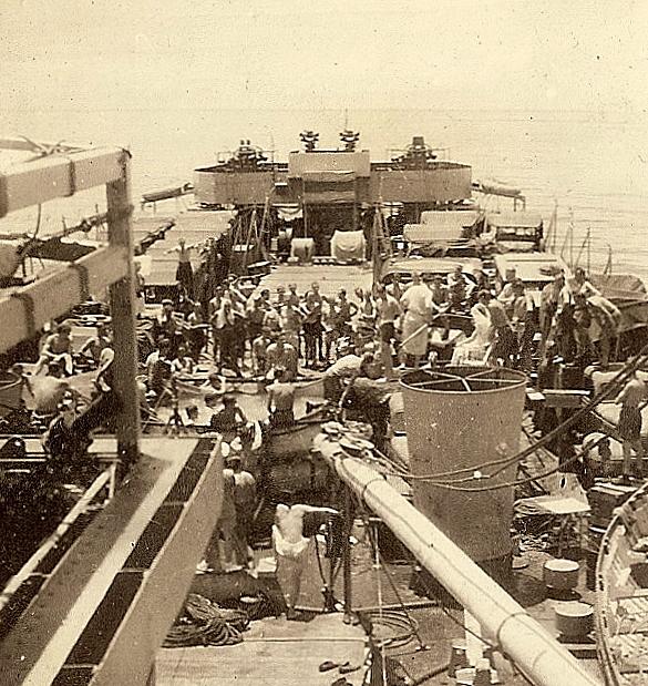 Neptunus aan boord van de L.S.T. 3022 bij het passeren van de evenaar op weg van Singapore naar Manado (Celebes), 13 maart 1946, zicht op het voorschip.