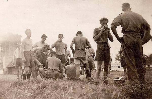 Even een verfrissing tijdens de rust van de voetbalwedstrijd 4e Comp - Stafcomp Benteng-terrein, Palembang, december 1946.