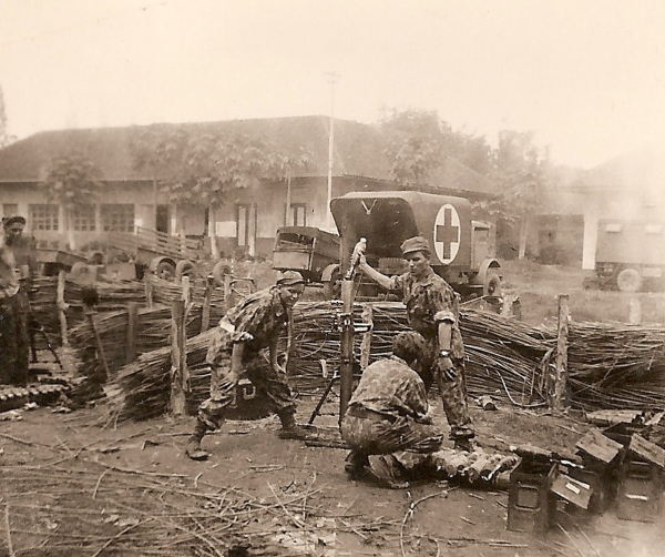 Mortieristen van de Ost compagnie in actie in de benteng van Palembang tijdens de slag om Palembang, 1 - 5 januari 1947. Uiterst links is een tweede mortier zichtbaar.